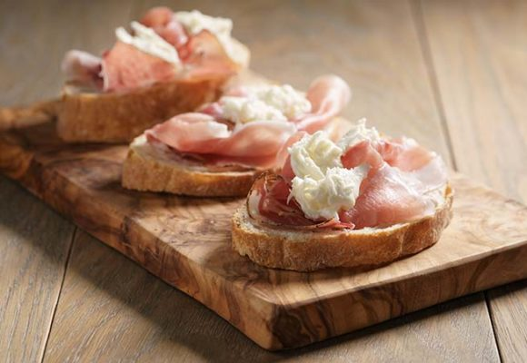 Bruschetta with brie, speck and pears