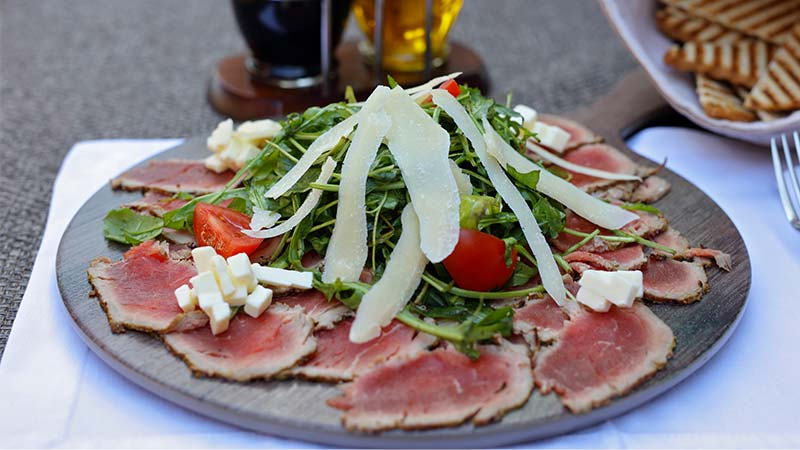 Carne salada con sedano e pomodorini