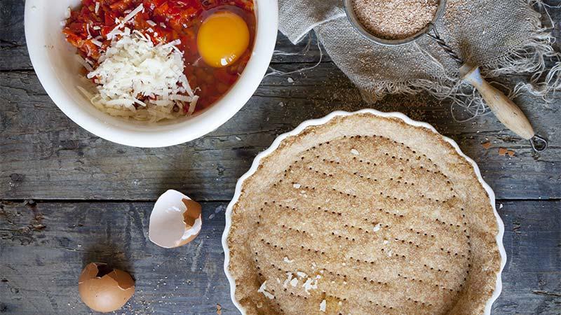 Tartellette rustiche con prugne e speck